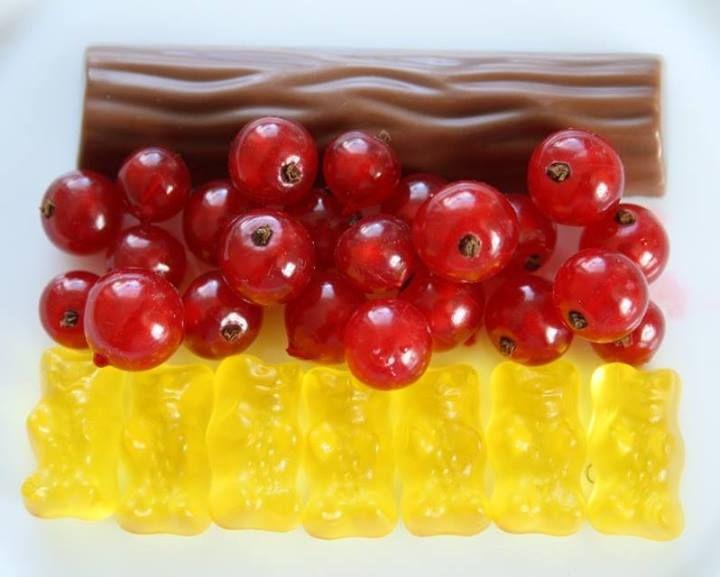 Einfach, aber effektiv - schwarz-rot-gol - Schokoriegel, Johannisbeeren, Gummibärchen