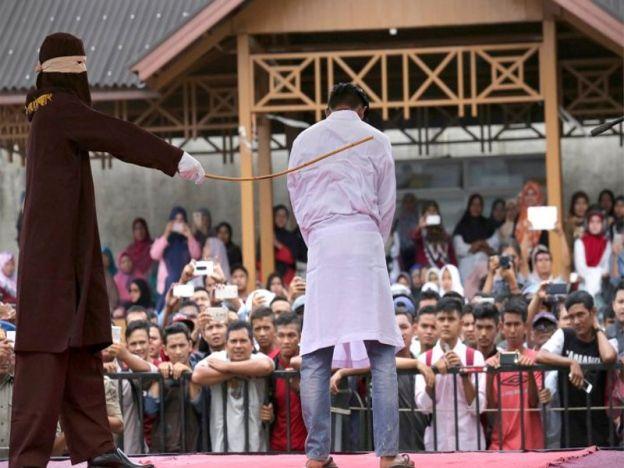 Pasangan gay kantoi berkhalwat disebat 100 kali di Banda Aceh   Dua lelaki Indonesia berdepan hukuman 100 sebatan selepas jiran melaporkan pasangan itu mengadakan hubungan seks.  Baca:Bang tolong kami bang kami ditangkap!  Video pasangan gay Acheh sedang berkhalwat dicekup Jabatan Agama  Pasangan gay kantoi berkhalwat disebat 100 kali di Banda Aceh  Ketua Penyiasat Syariah Marzuki berkata jika didapati bersalah kedua- dua lelaki itu akan menjadi pesalah pertama dikenakan hukuman atas tuduhan…