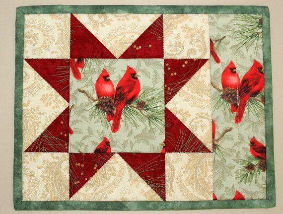 Acolchado Navidad invierno Mug Rugs cardenales por RedNeedleQuilts