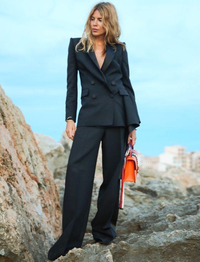 Mêlant blazer croisé et pantalon large, ce costume Alexander McQueen donne envie de se la jouer working girl