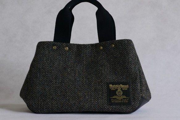M様ご予約品(M様以外の方はお買い上げいただけません)ハリスツイードで作った小ぶりのトートバッグです。小ぶりですが、マチが15cmあるので長財布、ポーチ、お弁...|ハンドメイド、手作り、手仕事品の通販・販売・購入ならCreema。