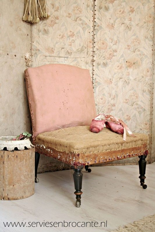 Shabby Fauteuil/ Shabby chairm- Servies and Brocante