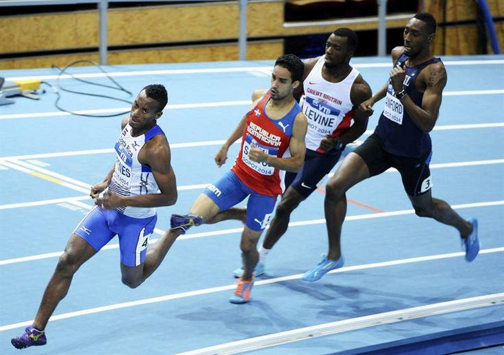 El atleta de Costa Rica Nery Brenes (i) lidera una de las series clasificatorias de los 800 metros en los Mundiales de atletismo en pista cubierta.