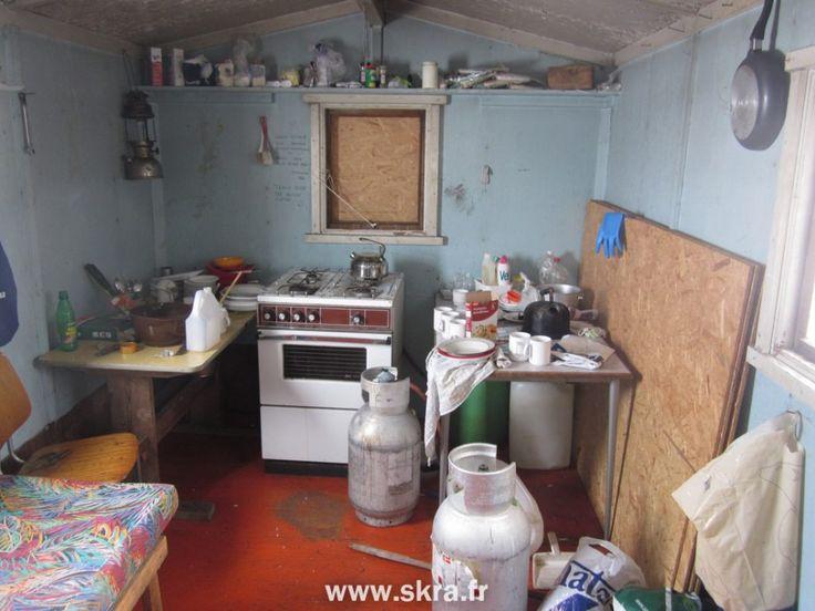 Le coin cuisine dans la hutte perdue au cœur du Groenland