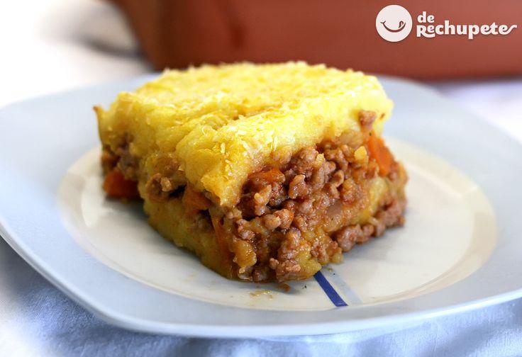 Cómo preparar el famoso pastel de carne inglés o Cottage Pie. Una receta que gusta a grandes y peques, puré de patatas, un relleno de carne picada y queso gratinado. Preparación paso a paso y fotos.