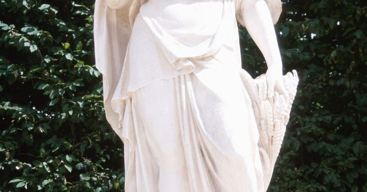 Cómo hacer un vestido de diosa griega. Imagina a una diosa griega descendiendo del cielo usando un hermoso vestido. Hacer un vestido de diosa griega es un proyecto sencillo aunque nunca hayas cosido una puntada. La creación de este llamativo atuendo requiere sólo de algunos artículos y un poco de tu tiempo.