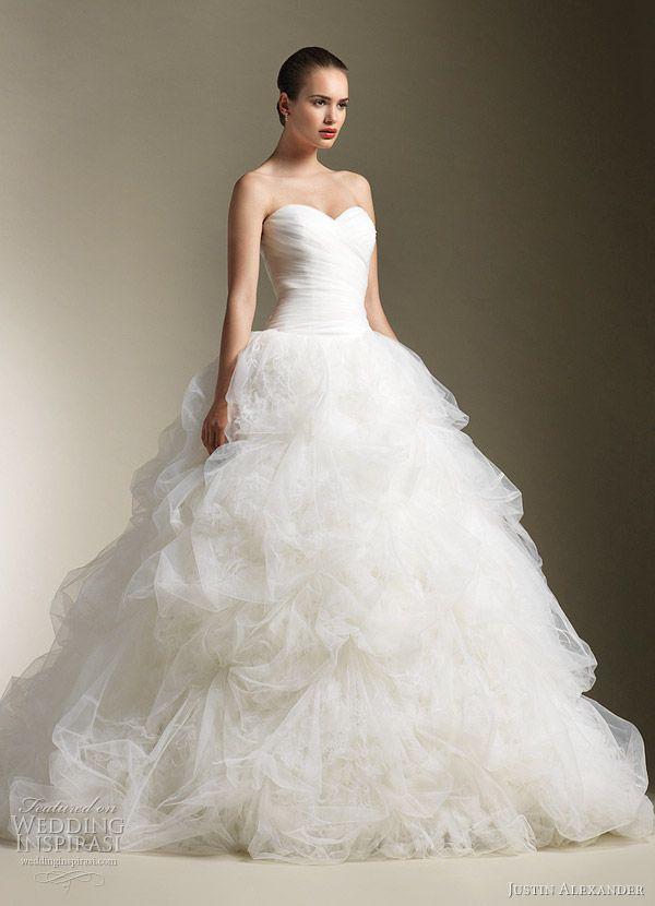 love this wedding dress