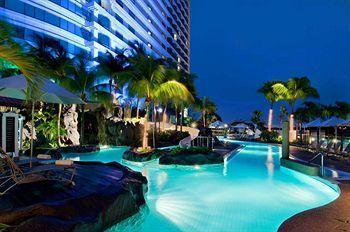 Lokasi yang strategis menjadi daya tarik utama dari Hilton Kuala Lumpur. Hotel mewah berkelas dunia ini letaknya bersebelahan dengan Menara Kembar Petronas dan Stasiun Kuala Lumpur Sentral. Panorama pusat kota Kuala Lumpur dapat terlihat dari jendela ataupun balkon kamar hotel. Seru banget! Book now http://www.voucherhotel.com/malaysia/kuala-lumpur/223488-hilton-kuala-lumpur-kuala-lumpur/