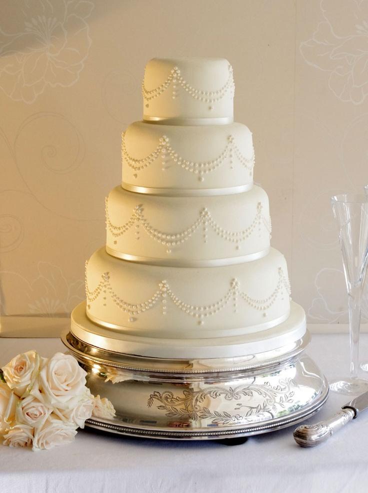 Torta de color marfil decorada con perlas.