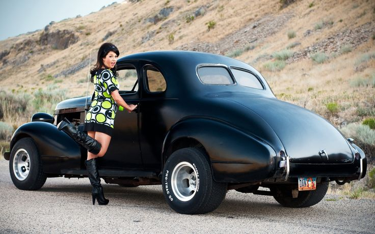 девушка и ретро авто