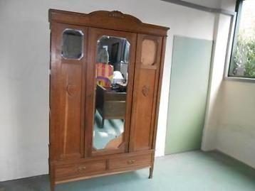 Oude eiken linnenkast met 5 ligplanken en 2 grote laden. Middendeur met spiegel en 2 zijdeuren met kleine spiegels. Waarvan spiegels vervangen moeten worden. Hoogte 2.20cm, breedte 142cm. Diepte 58