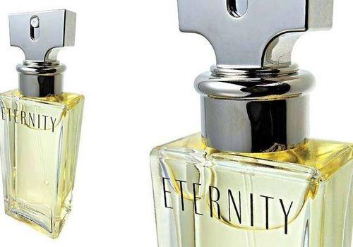 Eternity, Clavin Klein  Aunque está en el mercado desde 1988, esta es la fragancia mejor vendida de la casa estadounidense. La nota más alta  del perfume es una combinación de complejo de hoja verde y aceites cítricos, lo que lo hace tan versátil, que permite ser usado tanto en el trabajo como para salir con las amigas o hasta tomar unos tragos en la noche.