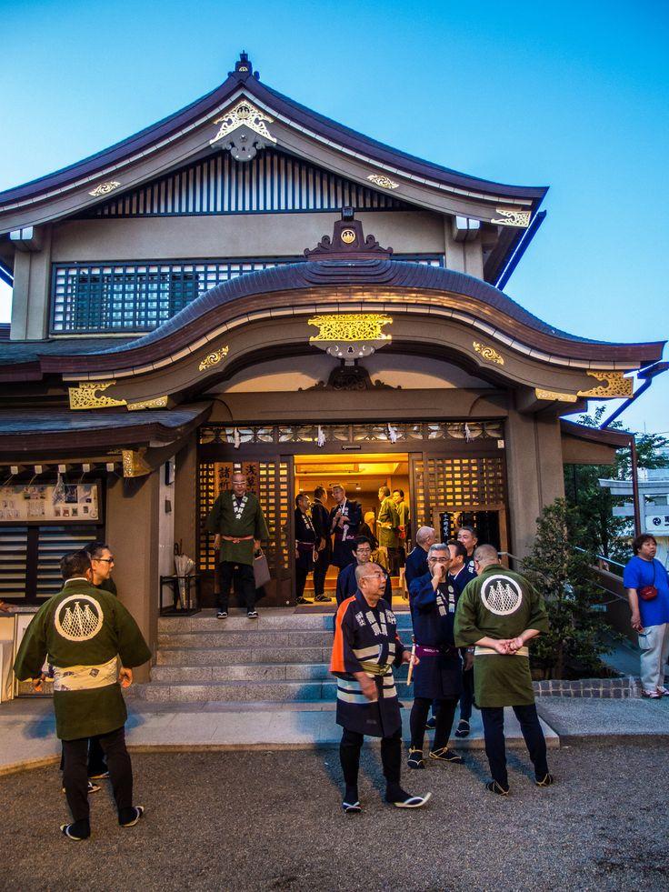 Asakusa Honsha Mikoshi Mitamaire 4/6 The 7th generation kashira (leader) of Shinmon Gumi crew, Sugibayashi-san, doing the rounds and making certain everything is in order! #Asakusa, #omikoshi, #honsha, #Jinja, #mitamaire, #Shinmon, #kashira, #Sugibayashi May 12, 2016 © Grigoris A. Miliaresis