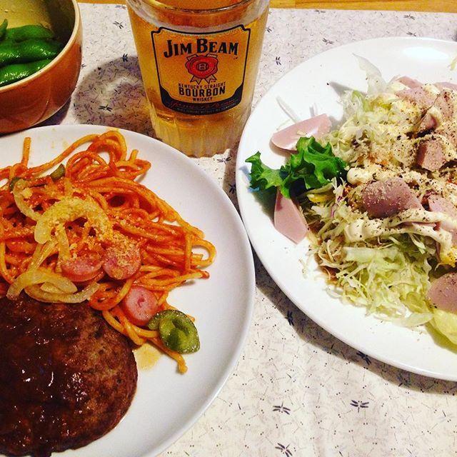 夜勤明けの晩酌、体が肉を欲していたので出来合いのハンバーグとナポリタン。山盛りサラダには魚肉ソーセージのトッピング、簡単てボリューミー! #肉 #一人飯 #山盛りサラダ#ハンバーグ#ナポリタン