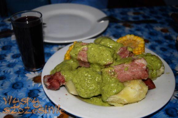 Żeberka z ziemniakami i kukurydzą obficie polane zielonym sosem mojo.#Teneryfa