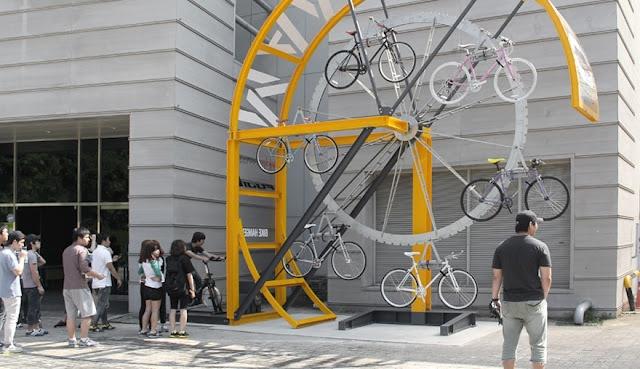 Estacionamento de bicicletas.