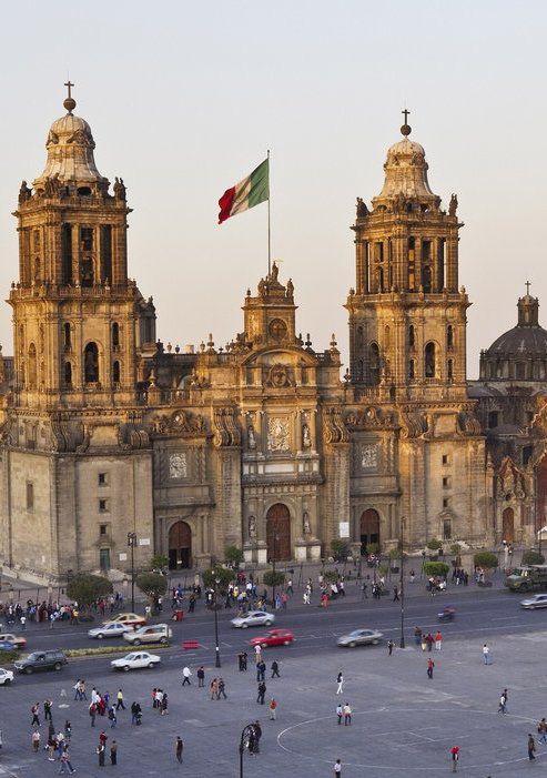 Esta es la capital de México. Está en el México. Ciudad de México es conocida por su Templo Mayor y las catedrales. Los turistas siempre caminará a lo largo de la acera para explorar.