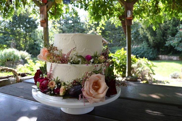 Geburtstagstorte mit blumiger dekoration