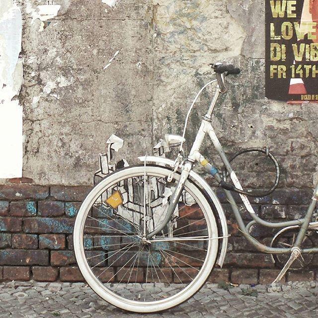 Berlin by La Ciudad al instante ©#laciudadalinstante #berlin #alemania #instagram #berlinstagram #berlincity #bicycle #texture #huntgram #soloparking