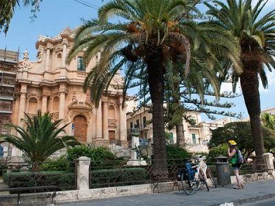 Biking langs barokke stadjes, 3 dagen.  Op het zonovergoten kalkplateau in het zuidoosten van Sicilië ligt een aantal beeldschone dromerige, honinggele stadjes. Opgebouwd na een enorme aardbeving in de bloeitijd van de Barokke bouwstijl tonen zij een pracht aan paleizen, koepelkerken, smeedijzeren balkonnetjes en fraaie straten. Vanuit UNESCO stadje Noto verken je per fiets de mooiste pareltjes zoals Ragusa Iblae.     Lees meer: http://bedandtodo.nl/activiteit/46/biking-langs-barokke-stadjes