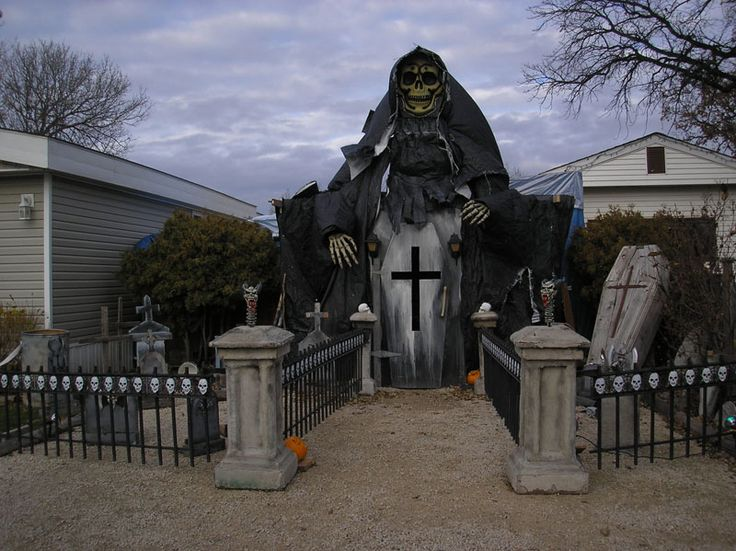 20 halloween houses that totally nailed it blazepress scary ghouls - Halloween House Decorating Ideas Outside