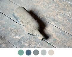 OUDE FLES - Oude stoffige fles op houten vloer. Mooie kleurencombinatie voor in het interieur. Grijs - Beige - Blauw - Groen - Turquoise