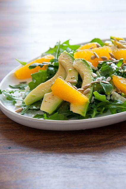 Frischer Salat mit Orange, Avokado und Feta. Genau das Richtige nach den Festtagen.