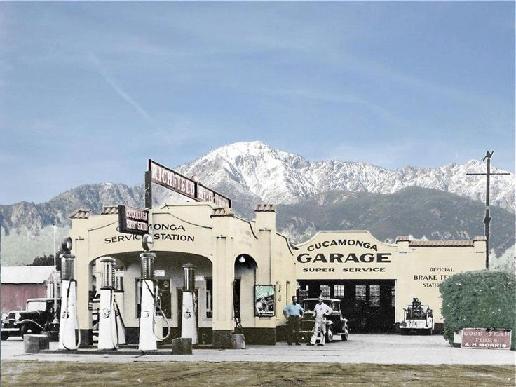 A friend sent me a lick to these pictures of gas stations and garages from the '40, '50 & '60s and I just had to post them here.  It's a great collection of american from the road side architec...