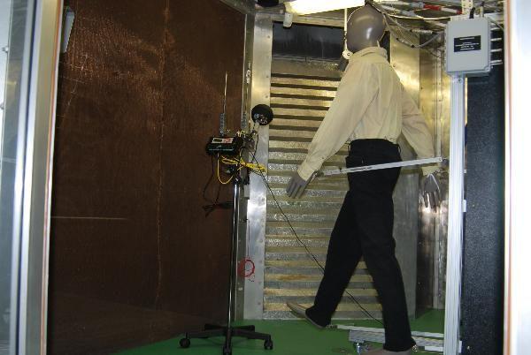 Dipartimento medicina del lavoro Laboratorio di fisiologia ed ergonomia. Il manichino termico all'interno della camera climatica durante un test