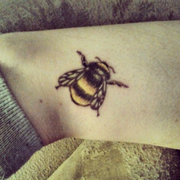 small bee tattoo design for ankle bee tattoo pinterest small bees tattoo designs and bees. Black Bedroom Furniture Sets. Home Design Ideas