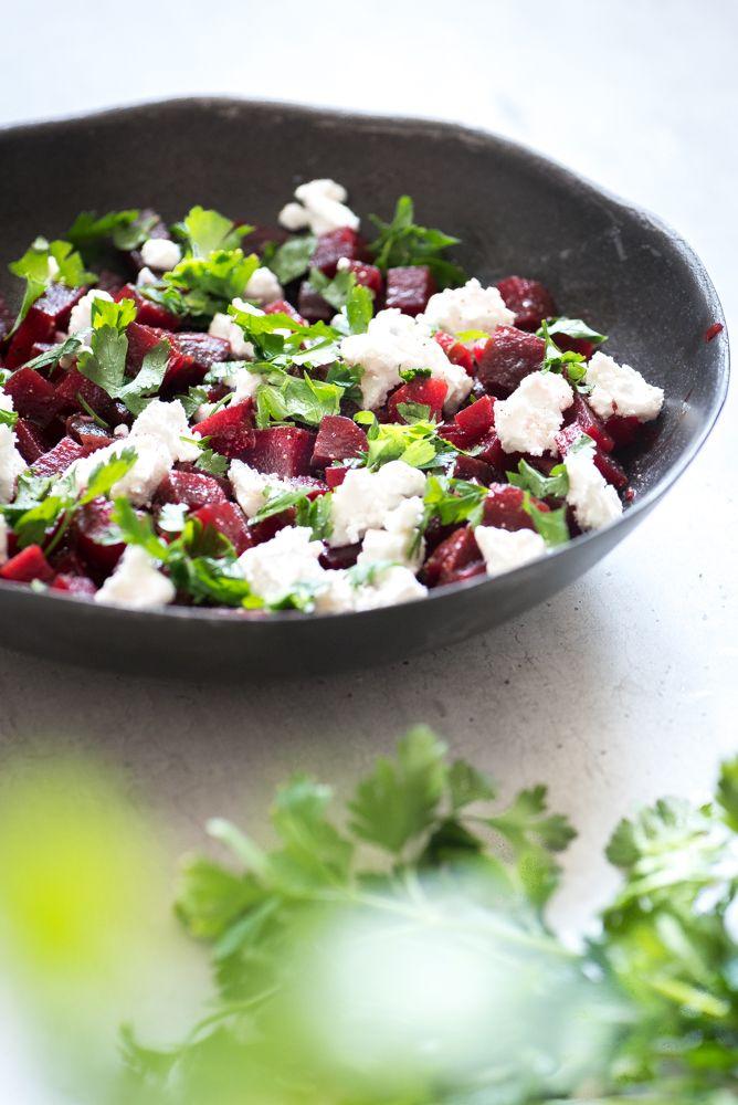Deze rode bieten salade is super simpel, heel lekker en ideaal voor de last minute bbq! Rode bieten zijn gezond en voegen een portie vitaminen en mineralen toe.