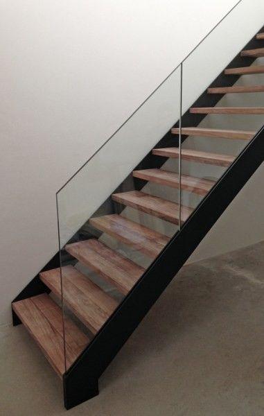 Een gelakt stalen trap met houten treden. Een mooie combinatie van warm en koud! Strak ontwerp met glazen trapleuning in de trapwang ingewerkt.