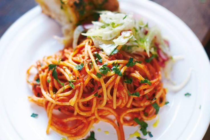 15 April 2017 - spaghetti + tonijn in de bonus = Makkelijke Italiaanse pasta met ansjovis, tonijn, olijven en tomatensaus - recept - Allerhande