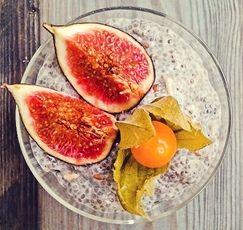"""Wo bekommt der Veganer eigentlich sein Eiweiß her? Zum Beispiel aus Chia-Samen. Sie enthalten 21 % Protein und sind ganz einfach zuzubereiten: in Wasser 10 Minuten quellen lassen, etwas Kokoscreme, Sonnenblumenkerne und Agavendicksaft dazu, mit Früchten toppen - fertig. Und: Der Chia-Traum ist """"raw"""", da er nicht gekocht werden muss. Somit bleiben alle Vitamine und Mineralien erhalten. Bon Appetit!"""