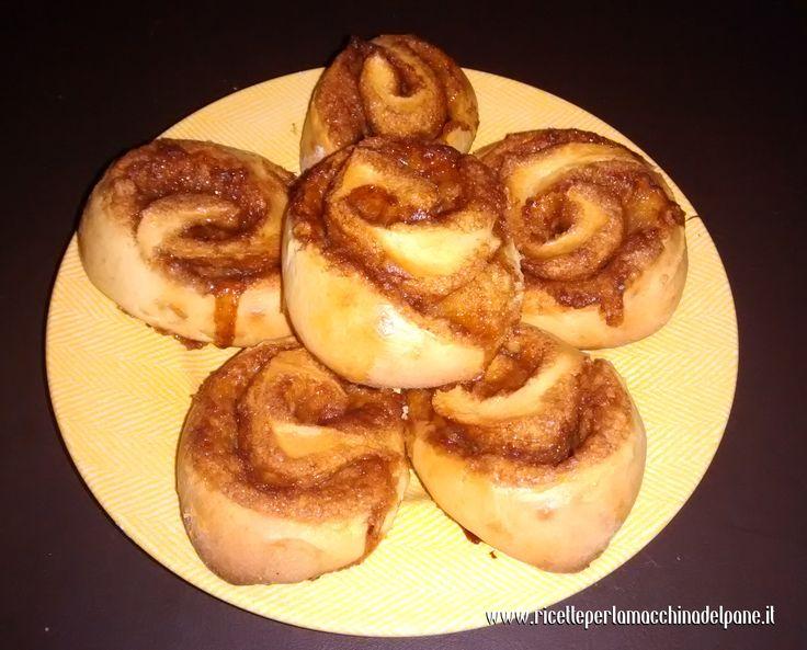 """Con questo articolo vi spieghiamo come fare i cinnamon rolls con la macchina del pane: se non li avete mai assaggiati è ora di prepararli! I cinnamon rolls, o """"rotoli di cannella"""" per dirla all'italiana, sono ottimi da gustare a colazione o per la merenda. Se avete dei bambini, potete farli in casa e darli"""