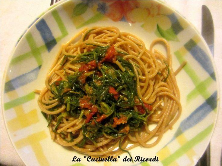 Spaghetti integrali con  agretti, pomodorini e acciughe