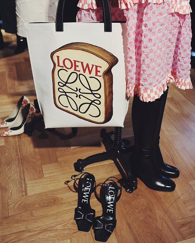 Må vi byde på en @loewe toast?  #ELLEiParis #modeuge #paris  via ELLE DENMARK MAGAZINE OFFICIAL INSTAGRAM - Fashion Campaigns  Haute Couture  Advertising  Editorial Photography  Magazine Cover Designs  Supermodels  Runway Models