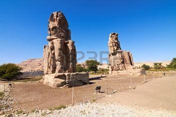 Гигантские статуи возле долины Царей, Луксор, Египет фото