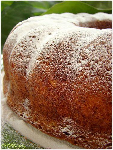 …………………………………. Ayvalı kekimizin tarifi , yemek dergisinden..Şu an hala piyasada mevcut mu bu dergi bilemiyorum..Benim elimdeki sayısı 2003 senesine ait.. Kekimizi yerken içerisinde ayva olduğu anlaşılmıyor , yumuşacık mis kokulu leziz bir kek …Rengi, ayva ve tarçından dolayı  sanırım.. Malzemeler: 4 yumurta 1,5 su bardağı şeker 1 su bardağı sıvıyağ 2 adet orta boy …