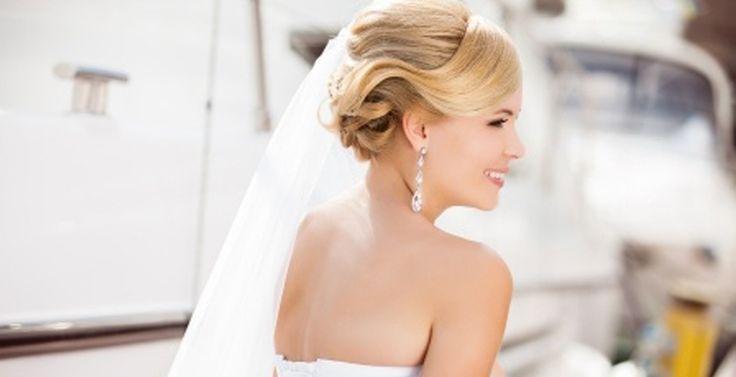 Eigen bruidskapsel maken - Dé budget lifestyle site van Nederland www.budgi.nl #wedding #trouwen #huwelijk #feestje #party #kapsel #kapper #haren #lang #kort #krullen #stijl #opsteken #verzorgen #borstel #stijltang #krultang #tips #goedkoop #besparen #geld #budget #budgi