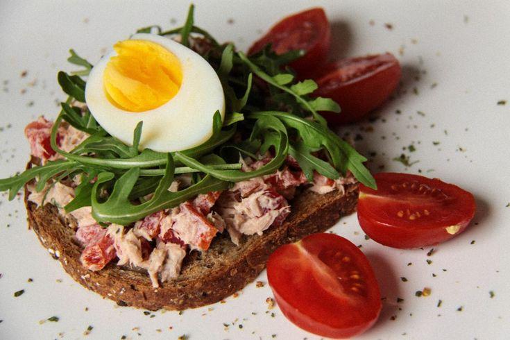 Сэндвичи на завтрак, обед или перекус с тунцом, сладким перцем, рукколой и яйцом! И всего 155 ккал в каждом!