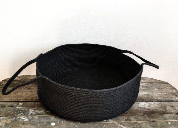 Lagre zwarte opslagplaats, gemaakt van katoen touw door Zig zag steek manier. Deze mand is perfect voor: -opslag uw dekens of andere textiel -opslag uw tijdschriften -opslag uw handdoeken -Kids speelgoed -vele anderen Afmetingen; Diameter - 40 cm (15.7 inch) Hoogte - 13 cm (5 inch) ^^ Care: ter plaatse schoon met water en zeep of handwas zachtjes. Verzendkosten: 8-10 werkdagen levertijd, luchtpost met een tracking-nummer uit Bulgarije Voor meer van onze touw manden, hier; https://ww...