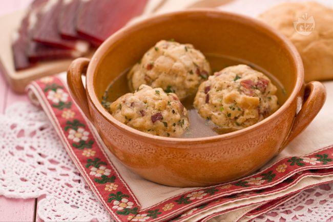 I canederli sono un piatto tipico della cucina Tirolese molto gustoso ma altrettanto nutriente e calorico per la presenza nell'impasto dello speck o del formaggio.