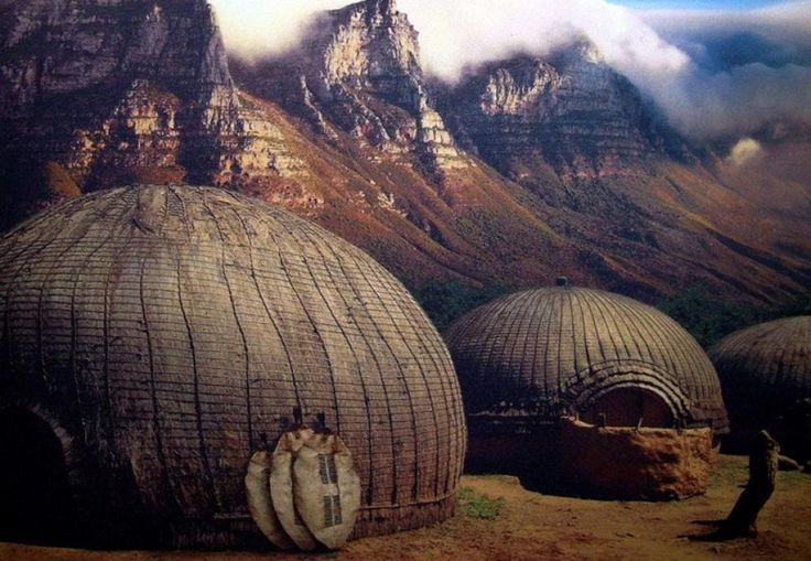 BIKUBE: Zuluene bygger disse bikubelignende boligene