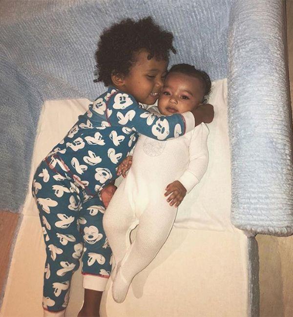 Kim Kardashians Sohn Saint Kitzelt In Einem Entzuckenden Clip Uber Babyschwester Chicago Kardashian Kim Kardashian Khloe Kardashian