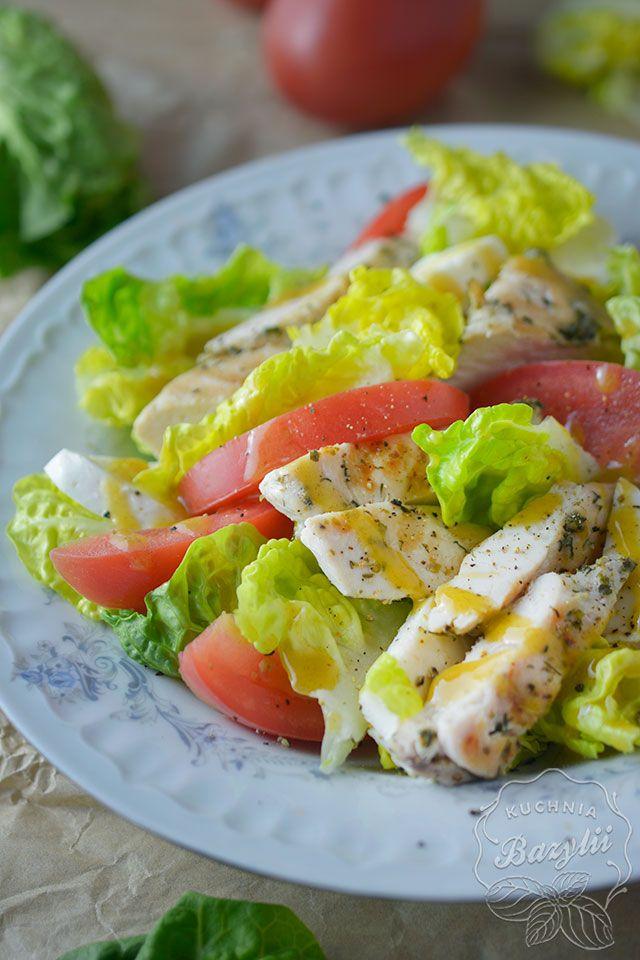 Sałatka z kurczakiem, pomidorami i mozzarellą to szybki pomysł na obiad do pracy. Kurczaka obtoczyłam w ziołach, usmażyłam na patelni grillowej, pokroiłam, położyłam na sałacie i dodałam pozostałe składniki.