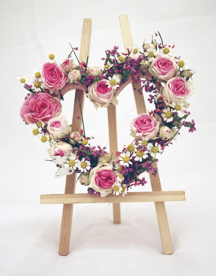 Валентинка, сердце из живых цветов, композиция ко дню всех влюбленных, 14 февраля, день святого валентина