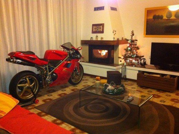 Ducati 916 davanti al camino