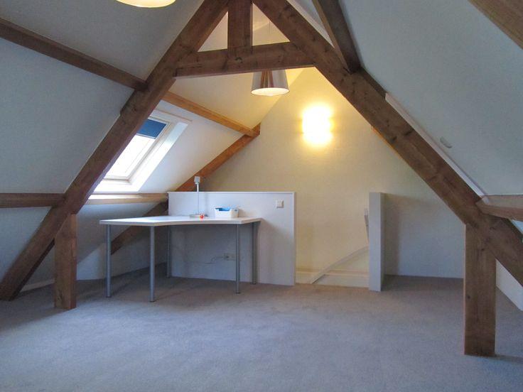 Meer dan 1000 idee n over kleine slaapkamer op zolder op pinterest kleine zolders slaapkamers - Slaapkamer met zichtbare balken ...