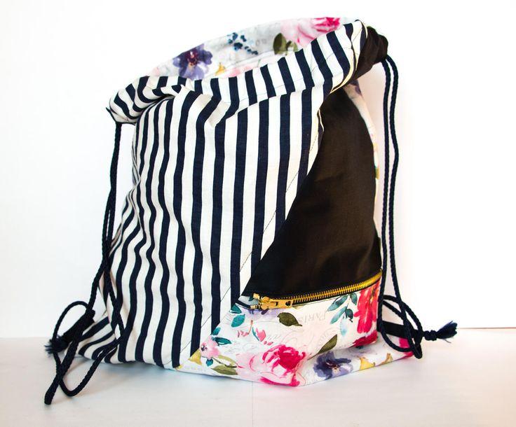 Zaino sacca multiuso in tessuto cotone motivo floreale, blu, rigato. Fatto a mano. (Handmade backpack in cloth flowery, blue, strips) di MalincaCreations su Etsy